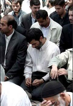 Ahmadi Nejad Praying